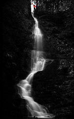 "Lgrimas por no alcanzar la ""fruta prohibida""./ Tears for not reaching the ""forbidden fruit"". (OMA photo) Tags: longexposure bw espaa waterfall spain silk bn burgos beech cascada largaexposicin hayedo sedas altuzarra santacruzdelvalleurbin"