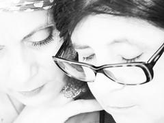 Dos amigas (High keying my friends -18-) (Paco CT) Tags: portrait people blackandwhite bw blancoynegro spain women gente retrato bn highkey mujeres esp tarragona flicker 2012 clavealta poblenoudeldelta pacoct carminavandellos labandadelcharco pacaatienza