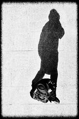 Pequeño Gran hombre (Haciendo clack) Tags: haciendoclack jesúsgonzález canon5dmarkii 5dmarkii canonef70200mmf4lusm valladolid españa spain europa europe castillayleón 2013 reflex digital blancoynegro blackandwhite picado