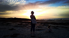 Seules sur le sable (K@w!) Tags: bretagne plage pointe de la torche couchdesoleil