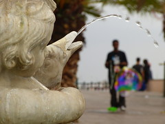 Monument & Bubbles (Cyan Polo Sabat) Tags: street city people man monument water les de landscape calle mediterranean monumento balcony catalonia bubble catalunya carrer passeig tarragona mediterráneo palmeres mediterrani balcódelmediterrani