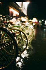 rainy night in ponto-cho (oceanerin) Tags: street leica rain japan kyoto fuji bicycles m6 nokton cv pontocho pro400 roll100