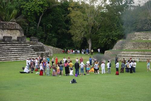 マヤ風の儀式を体験してるツアー客