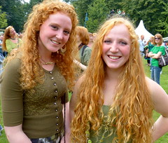 Smiling girls with lovely curls (e) Tags: girls friends red portrait rot girl smile hair rouge fire ginger women retrato femme posing redhead retratos portraiture stunning sonrisa gals breda ros rood rosso sourire vrouw lach pelirrojo roodharig glimlach ragazze sorria valkenbergpark day modgirls chercherlafemme roodharigendag beautyshoots redhead 2012 rhd2012 roodharigendag