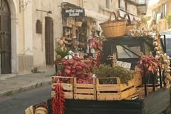 Avanti (b.montecot) Tags: tropea italia calabria typique typic march market artisanal piaggio pittoresque oignon rouge onion red marchand artisan calabre piment persil ail