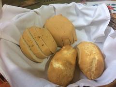 """Encarnación: deux chipas en vant-plan (petits pains dont la pâte est faite à base de farine de maïs et de fromage) et pain à l'anis en arrière-plan <a style=""""margin-left:10px; font-size:0.8em;"""" href=""""http://www.flickr.com/photos/127723101@N04/29374098862/"""" target=""""_blank"""">@flickr</a>"""