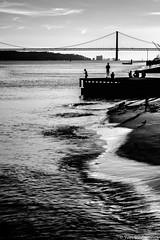 Lisbonne - 17092016 - DSCF6713 (Yves D Street Photography) Tags: lisbonne 2016 noiretblanc noir blanc pont fleuve lisbon blackandwhite black white river bridge people