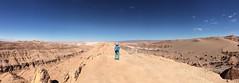 """Le désert d'Atacama: Miss V au sommet d'une crête (Valle de la Luna). Vue sur un petit salar au loin. <a style=""""margin-left:10px; font-size:0.8em;"""" href=""""http://www.flickr.com/photos/127723101@N04/28608379683/"""" target=""""_blank"""">@flickr</a>"""