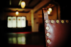 the lobby of the old hotel (N.sino) Tags: xt1 xf23mmf14r shigakogen shigakogenhotel lobby chair stainedglass 志賀高原 志賀高原ホテル ロビー 椅子 革張りの椅子 ステンドグラス