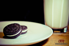 Day 270 - Oreo & Milk (Ashey1209) Tags: food canon project milk biscuit snack photoaday oreo 366 550d