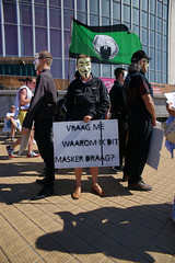 Vraag me waarom ik dit masker draag (Red Cathedral uses albums) Tags: sony sonyalpha alpha aztektv cosplay larp car eventcoverage a850 redcathedral anonymous anon occupy mask guyfawkes vforvendetta oostende ostend freedomofspeech albertipromenade zeedijk dijk digue promenade esplanade