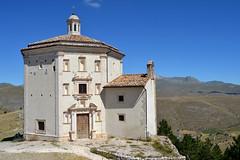 Chiesa di Santa Maria della Piet, piccolo tempietto eretto nel 1596. Rocca Calascio - Abruzzo, provincia de L'Aquila - 1.460 metri s.l.m. (boscam) Tags: italia abruzzo laquila chiesa church eglise rocca panorama montagna appennino
