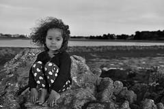 chipie (damienperon) Tags: enfant child rocher rock soleil sun sable sand vent wind ocean mer sea heart plage beach noirblanc nb bw nikon portrait penser think