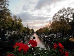 Amsterdam Autumn Sunset (Wiljo van Essen) Tags: flowers autumn sunset fall amsterdam clouds boat canal zonsondergang bomen herfst wolken boten canals prinsengracht mokum grachten bloemen herfstkleuren gracht brouwersgracht politie langesluitertijd livingboats nikoncoolpixp7100