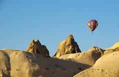 (Iigo Fdz de Pinedo) Tags: viaje color desierto vacaciones turquia rocas altura globo aventura vuelo goreme volar cieloazul capadocia desertico viajedeaventura
