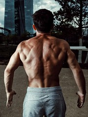 Street workout (Dan Idoine) Tags: man male workout street gym frankfurtammain frankfurt main hafen park canon strobist strobe softbox calisthenics shadow flash externalflash ecb ezb bank
