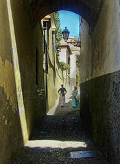 Perderse en Granada..... (nanettesol) Tags: street luz granada chicas albaicin balcones darro callejon empedrado somras viccolo carera