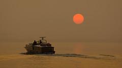 Crepsculo / Twilight (Hernan Piera) Tags: sol lago atardecer mar agua barco reflejo niebla embarcacin blinkagain