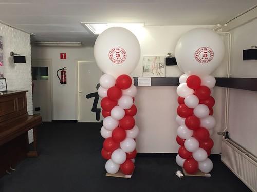 Ballonpilaar Breed Rond met bedrukte Topballon 5 jaar Cigo Zalencentrum t Klooster Vianen