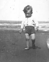 Mario Antonio en la playa (mherrero) Tags: portrait bw beach argentina child retrato playa bebe nio mherrero montehermoso