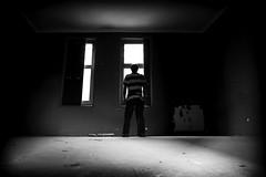 La ventana (Esparkling) Tags: luz ventana persona interior bn uno silueta habitacin oscuridad ltytr1 esparkling