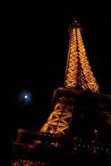 Tour Eiffel e Luna (RobbiSaet) Tags: paris france night nikon nightlights luna toureiffel francia notte parigi parislights d80 toureiffelbynight me2youphotographylevel2 me2youphotographylevel1 robbisaet robertasaettone
