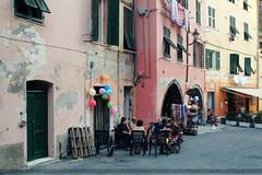 Tertulia (SantiMB.Photos) Tags: street people balloons geotagged calle italia gente liguria ita cinqueterre stolen vernazza tamron globos 18200 fujiprovia100f robado santimb vacaciones2012 fijandoinstantes geo:lat=4413481334 geo:lon=968450189