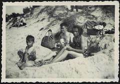 Archiv H171 Ferien an der Ostsee, 1960er (Hans-Michael Tappen) Tags: archivhansmichaeltappen strand ostsee meer dne familie kind junge boy vater mutter ddrzeit ddr ostalgie strandkleidung 1960er 1960s
