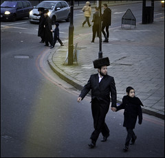 Tate un Zun (Sven Loach) Tags: road street uk winter england cold bus london walking grey nikon afternoon britain father hats streetphotography saturday beards son jewish orthodox shabbat reportage yiddish stamfordhill hasidim hasids instep d5100