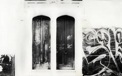 Puertas (Linx Photography) Tags: door portal puertas puerta analog analogica monocromo film bw ilford 35mm canon traditional tradicional blancoynegro