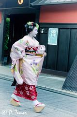 Smiling Geisha (Sol y Luz Photography (aka love_2_see_the_world)) Tags: japan kyoto gion teahouse streetphotography geisha maiko ochaya ichirikichaya