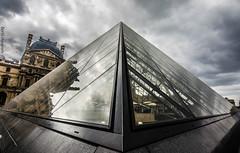 Muse Du Louvre - Paris (ainhoa.beristain) Tags: pyramid pyramide paris louvre night lights sky pink blue gente en la fotoaadir personas piramide museo frantzia france francia simetria symmetry simmetry hdr nubes lainoak codigodavinci