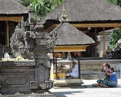 bali-praying people