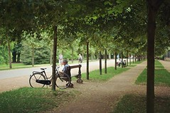 Untitled moment. #nancy #nancyfrance #parcdelapepiniere #relax #park #reading #bike #trees #france #europe #summer #travel #travelgram #travelphoto #travelphotography #street #streetphoto #streetphotography #leica #leicam #leica_world #leica_camera #leica (Julius yls) Tags: uploaded:by=instagram graden france travel green nancy bike reading relax parcdelapepiniere street leica summilux 50mm