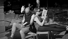 Pause Lecture (Sylv Photos) Tags: life street bw paris photography photo still noiretblanc candid femme jardin scene nb pause lecture parc odeon homme vie lecteur jardinduluxembourg espacesverts sylvaincourant
