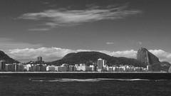Copacabana em branco e preto (c.alberto) Tags: ocean bw praia beach skyline landscape pb paisagem copacabana oceanscape paodeacucar