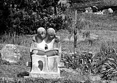 Leyendo...durmiendo (Franco DAlbao) Tags: francodalbao dalbao fuji escultura sculpture parque park castrelos vigo leer reading dormir sleeping parejas couples ocio leisuretime bn bw