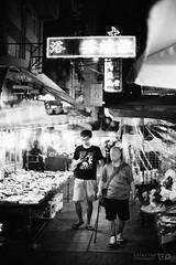 Souvenir Shops, Temple Street (Taomeister) Tags: nikkor5012ais hongkong templestreet yaumatei fujifilmneopan400 nikonfm3a