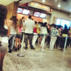 Olha o tamanho da fila pró cinema do Goiânia Shopping!