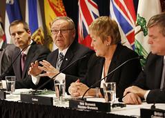 Premier/premier ministre Dexter speaks to media/parle aux médias