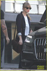Taylor Swift Spotted Leaving the Sydney Dance Company (Portal Taylor Swift) Tags: sunglasses fulllength sydney jeans denim redlipstick bangs blazer messengerbag whiteshirt raybans leatherpurse rolledupsleeves taylorswift