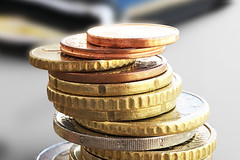 Euro Muenzgeld und Portmonee - Nahaufnahme (Geld, Kleingeld, Mnzen) (Christoph Scholz) Tags: geld kleingeld mnzen bargeld sparen zinsen geldanlage aktien brse geldbrse portemonnaie finanzen