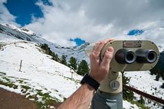 In die Ferne sehen (koDesign) Tags: nikon d300 sigma1020mmf456exdchsm engadin graubnden sommer berge mountain tal valley schweiz swizterland wanderweg wegweiser wolken clouds schnee snow alplanguard feldstecher