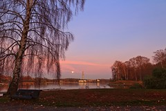 Atmospheric Autumn Evening on Djurgrden, Stockholm (Maria_Globetrotter) Tags: autumn red moon reflection water reflections island colorful day colours sweden stockholm schweden herbst an full clear sverige kanal  svj vatten channel sucia estocolmo kaknstornet hst stoccolma suecia hst djurgrden zweden sude frger tukholma  svezia falde   tomber djurgrdsbrunnsviken vallen sdra szwecja ruotsi fullmne isve    ekoparken  reflektioner djurgrdsbrunnskanalen tsualainn in   nationalstadsparken  thy  stokholmo thyin pudota  holmia   antsulainn