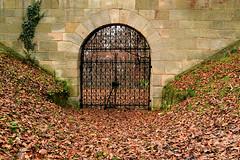 Das verschlossene Tor (Godwi_) Tags: eingang laub herbst bltter sandstein efeu ausgang gusseisen gittertor