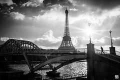 Le tour de la Dame de fer (Chez Joe) Tags: blackandwhite bw paris france seine rouge blackwhite fuji tour noiretblanc lumire nb toureiffel finepix pont nuit ville contrejour noirblanc couchdesoleil x10 laseine traverse effeil fujix10