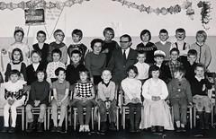 Klassenfoto (Anita Pravits) Tags: blackandwhite teacher klassenfoto fasching lehrer classphoto lehrerin schwarzweis volksschule
