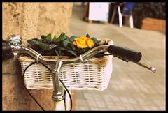 IMG_4487 (Capitn pan) Tags: barcelona flores blanco pared calle negro ciudad bicicleta cesta mygearandme rememberthatmomentlevel1 rememberthatmomentlevel2
