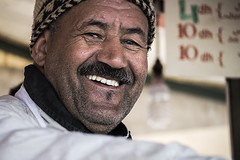 Smily juice (I'M (Iris Martínez)) Tags: morocco marrakech man hombre streetphoto retrato portrait smile plaza de jamaa el fna