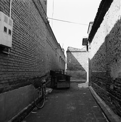 Bicycle in the Alley (Purple Field) Tags: china street bw 6x6 tlr film monochrome bicycle analog rolleiflex zeiss square alley kodak trix wideangle 400tx 55mm carl medium  shanxi   pingyao f40  distagon              x